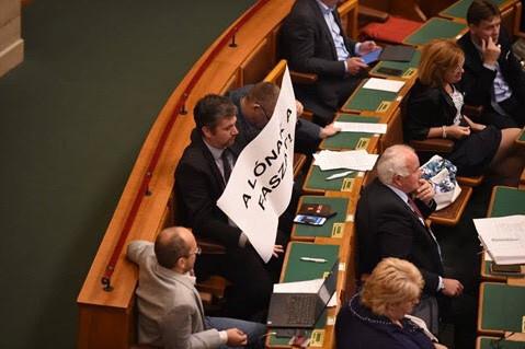 Kettős mérce a parlamenti szigor körül