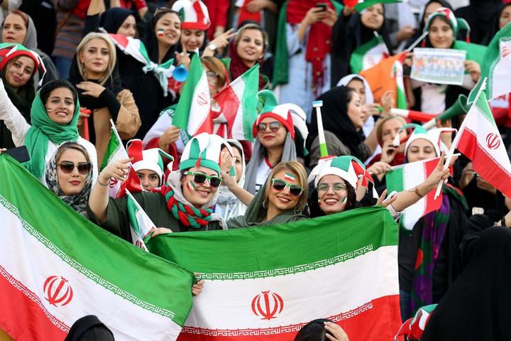 Negyven év után először szurkolhattak nők az iráni fociválogatott meccsén