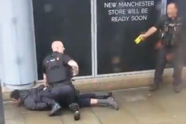 Három embert késeltek meg egy manchesteri bevásárlóközpontban