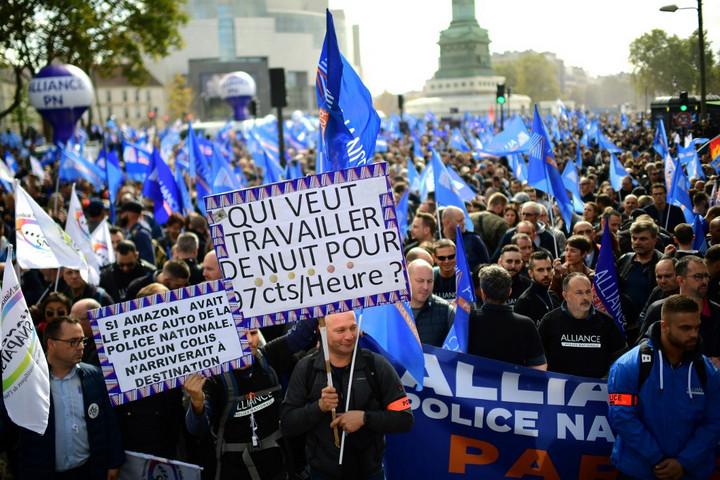 Több mint húszezer rendőr tüntetett Párizsban a jobb munkakörülményekért