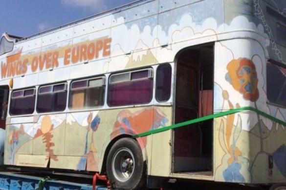 Elárverezik Paul McCartney színesre festett turnébuszát