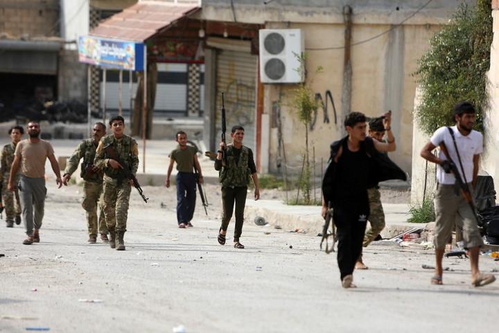 A szíriai kurd harcosok kivonultak Rász al-Ainból