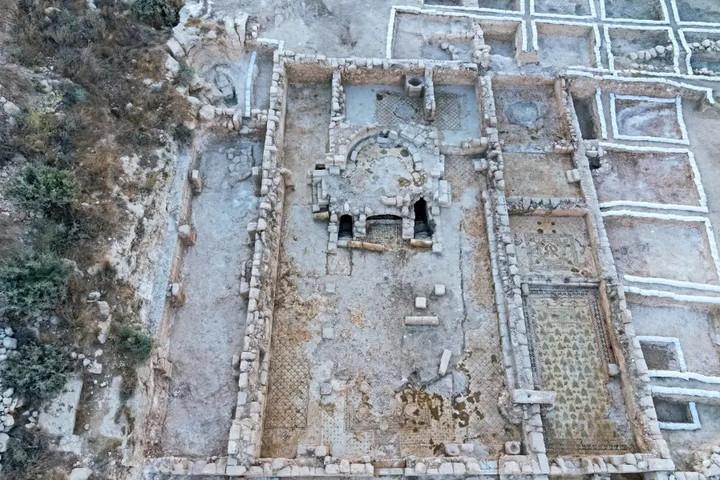 Hatalmas templom romjaira bukkantak Izraelben