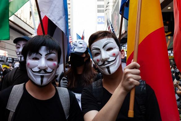 Betiltja a maszkok viselését a hongkongi kormányzó