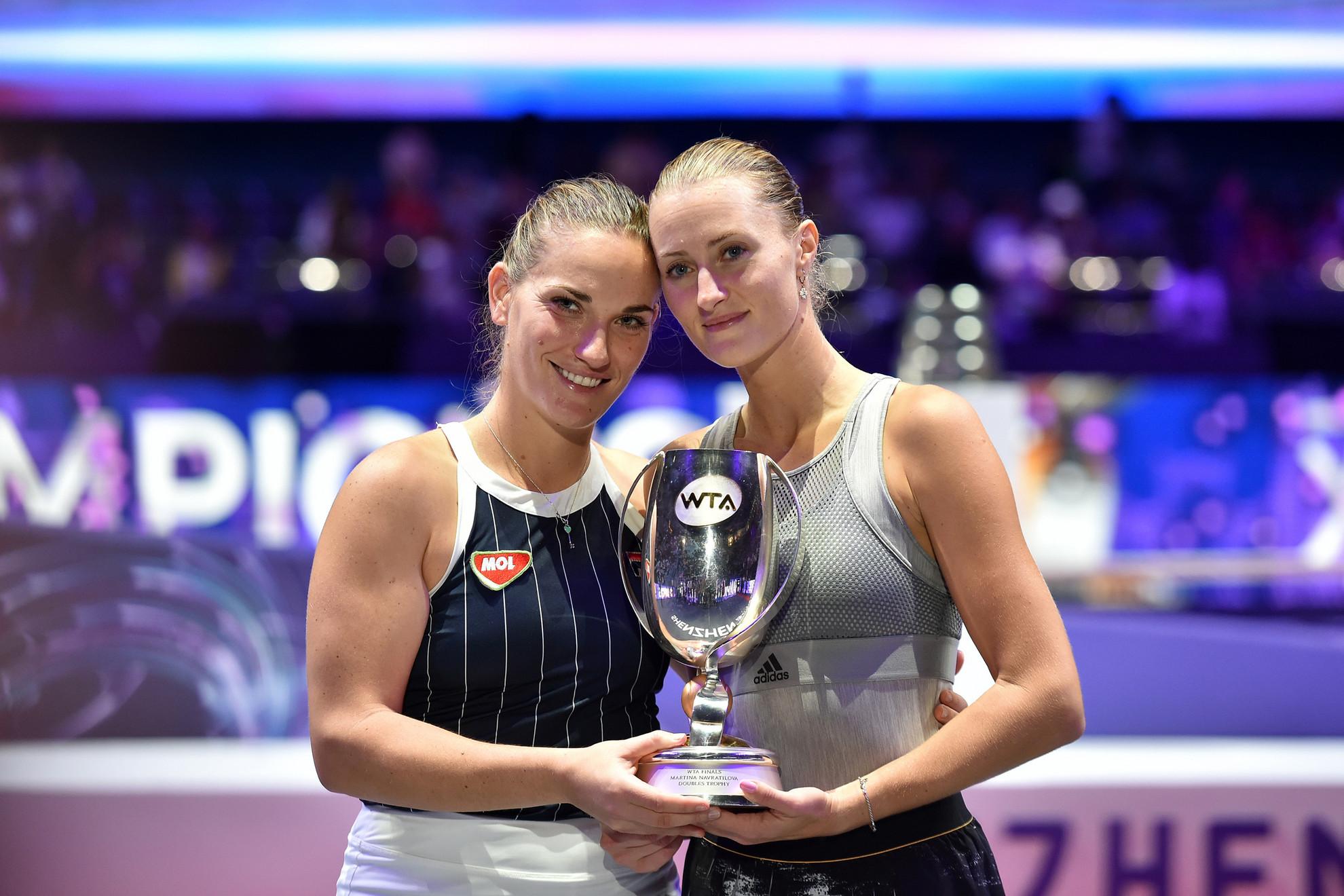 Babos Tímea (b) és párja, Kristina Mladenovic a világbajnoki trófeával