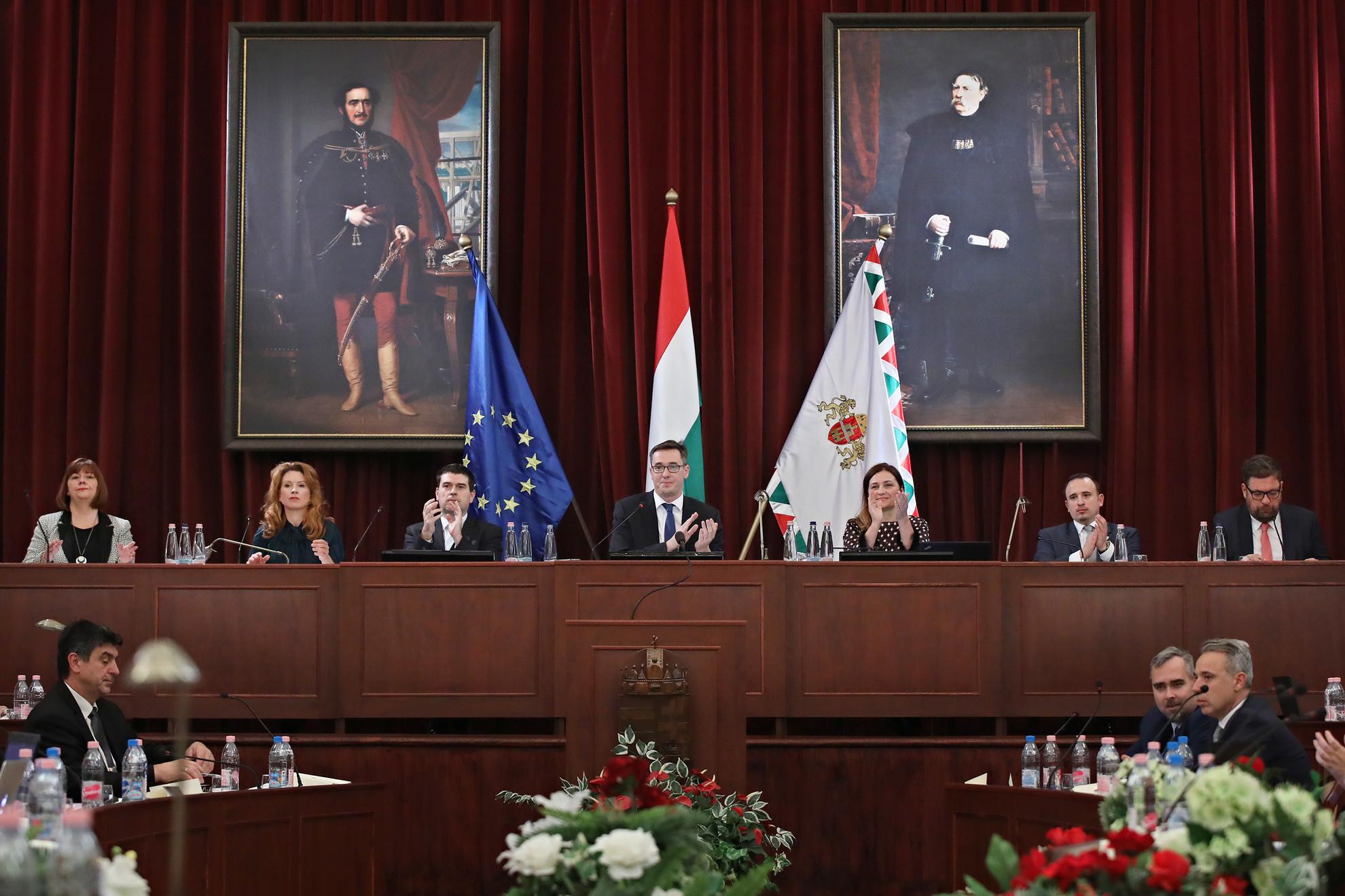 Karácsony Gergely főpolgármester (középen) és az alakuló ülésen megválasztott helyettesek: Gy. Németh Erzsébet, Tüttő Kata, Kiss Ambrus, Dorosz Dávid és Kerpel-Fronius Gábor