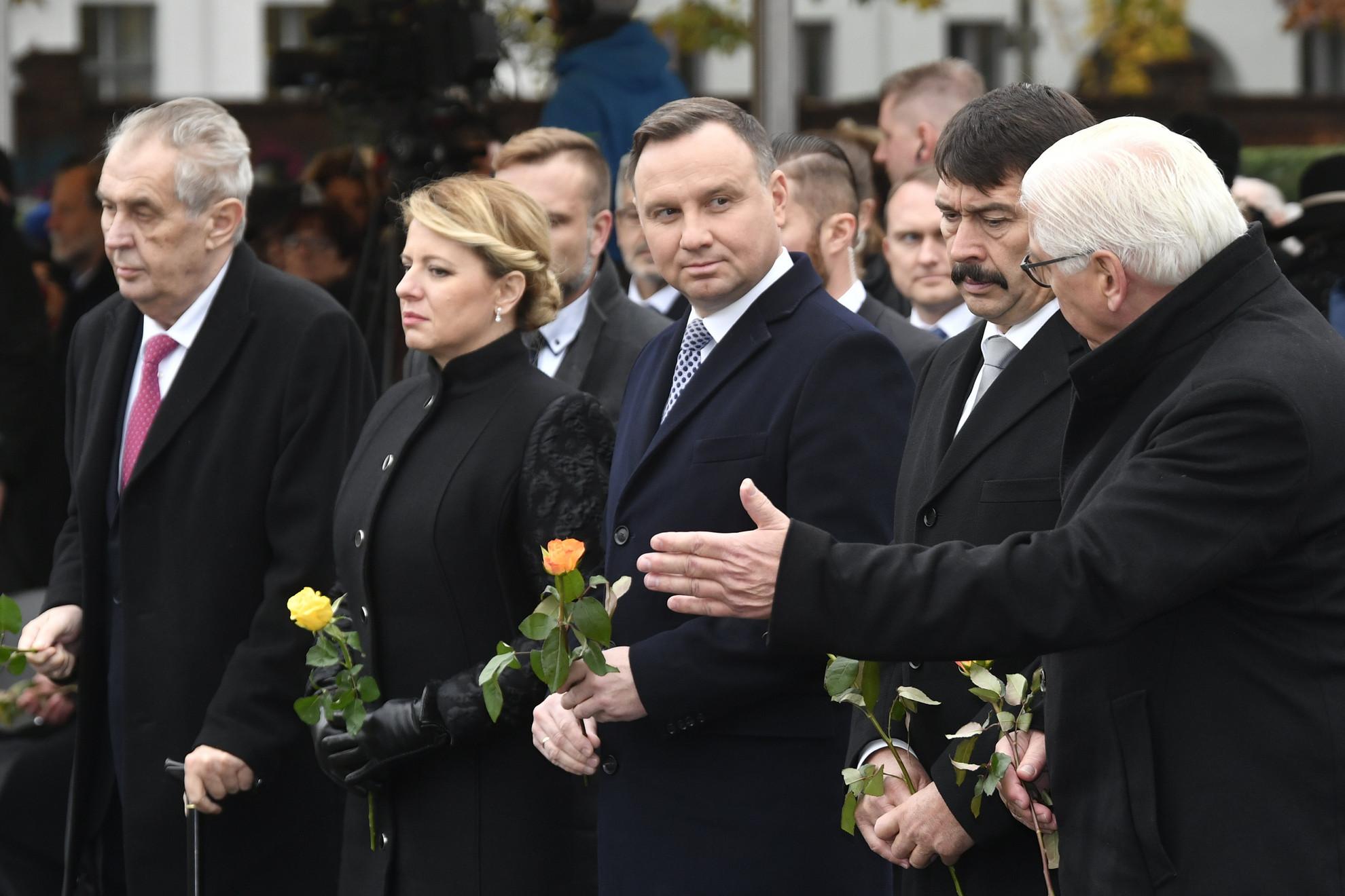 Frank-Walter Steinmeier német, Áder János magyar, Andrzej Duda lengyel, Zuzana Caputová szlovák és Milos Zeman cseh (j-b) államfő a berlini fal ledöntésének 30. évfordulója alkalmából tartott ünnepségen