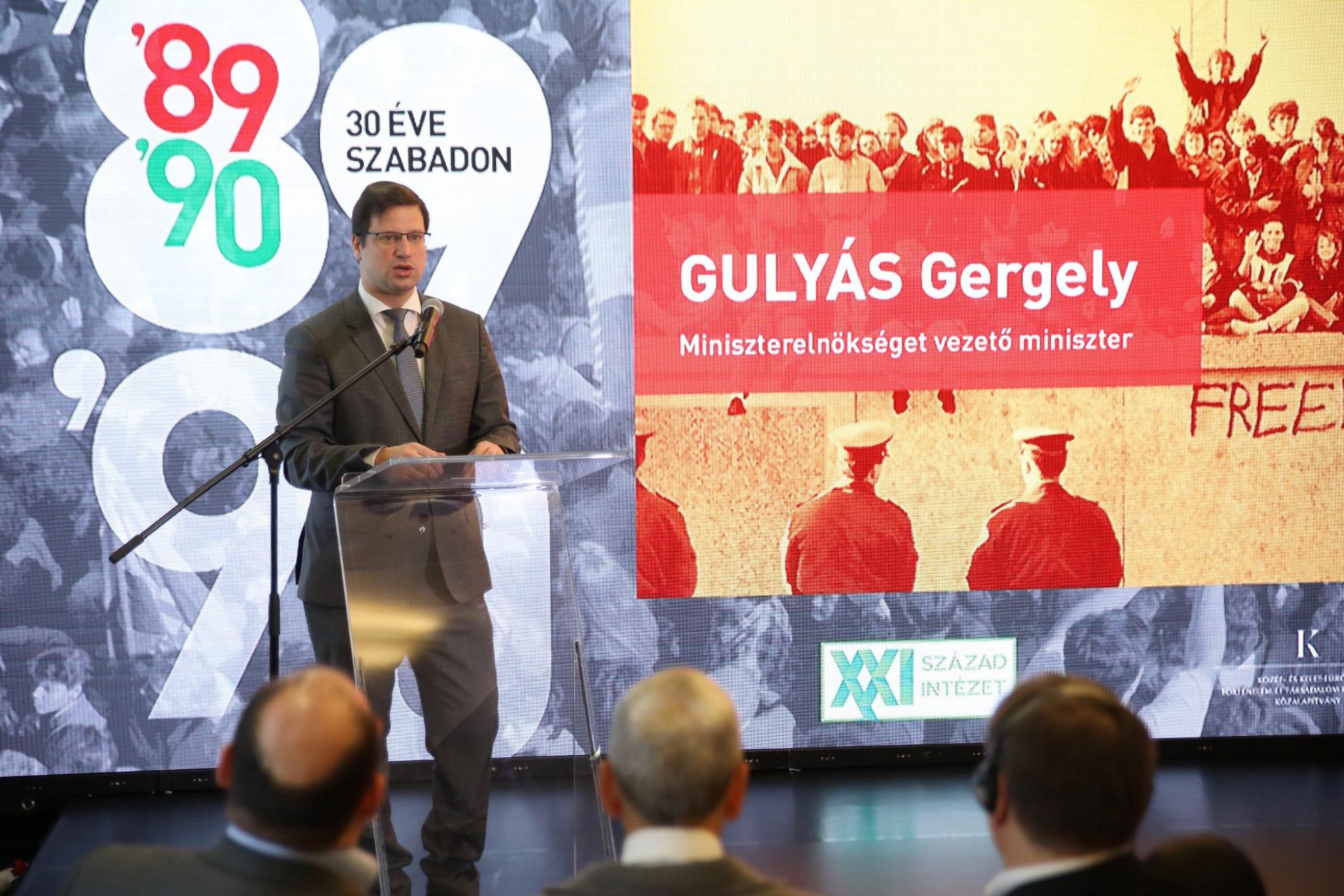 1989-90 a 20. századi magyar történelem egyik legfontosabb fordulópontja - hangsúlyozta a Miniszterelnökséget vezető miniszter csütörtökön Budapesten, a Terror Háza Múzeumban