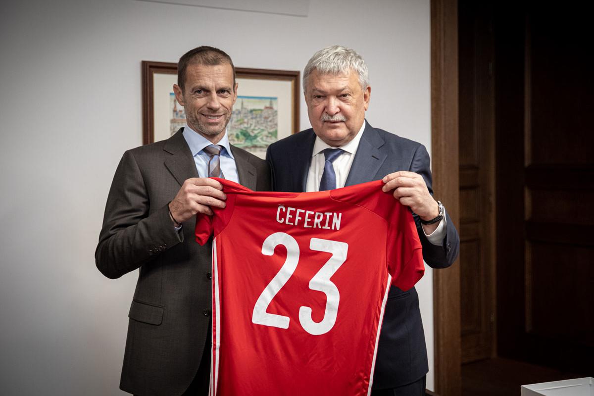 Aleksander Ceferin (balra) egy magyar válogatott mezt kapott ajándékba vendéglátóitól