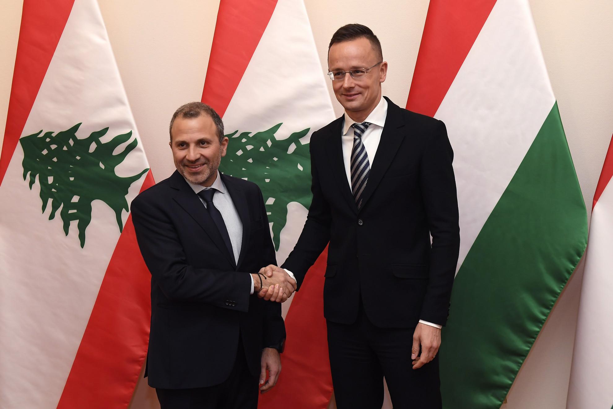 Szijjártó Péter külgazdasági és külügyminiszter (j) fogadja hivatalában és Gibran Baszil libanoni külügyminisztert