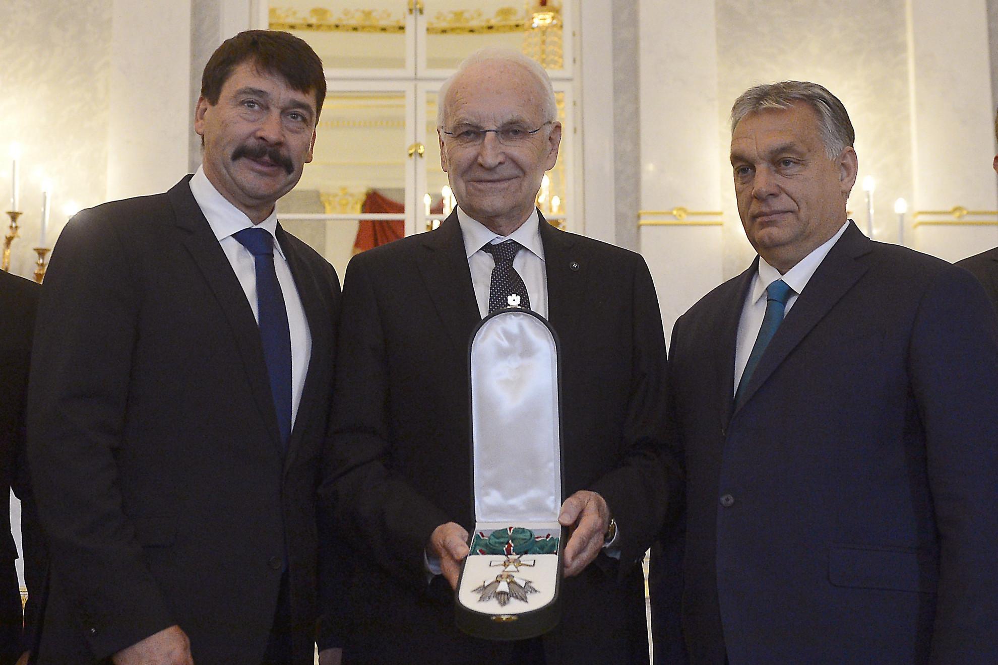 Edmund Stoiber volt bajor miniszterelnök, (k) Áder János köztársasági elnök (b) és Orbán Viktor miniszterelnök társaságában