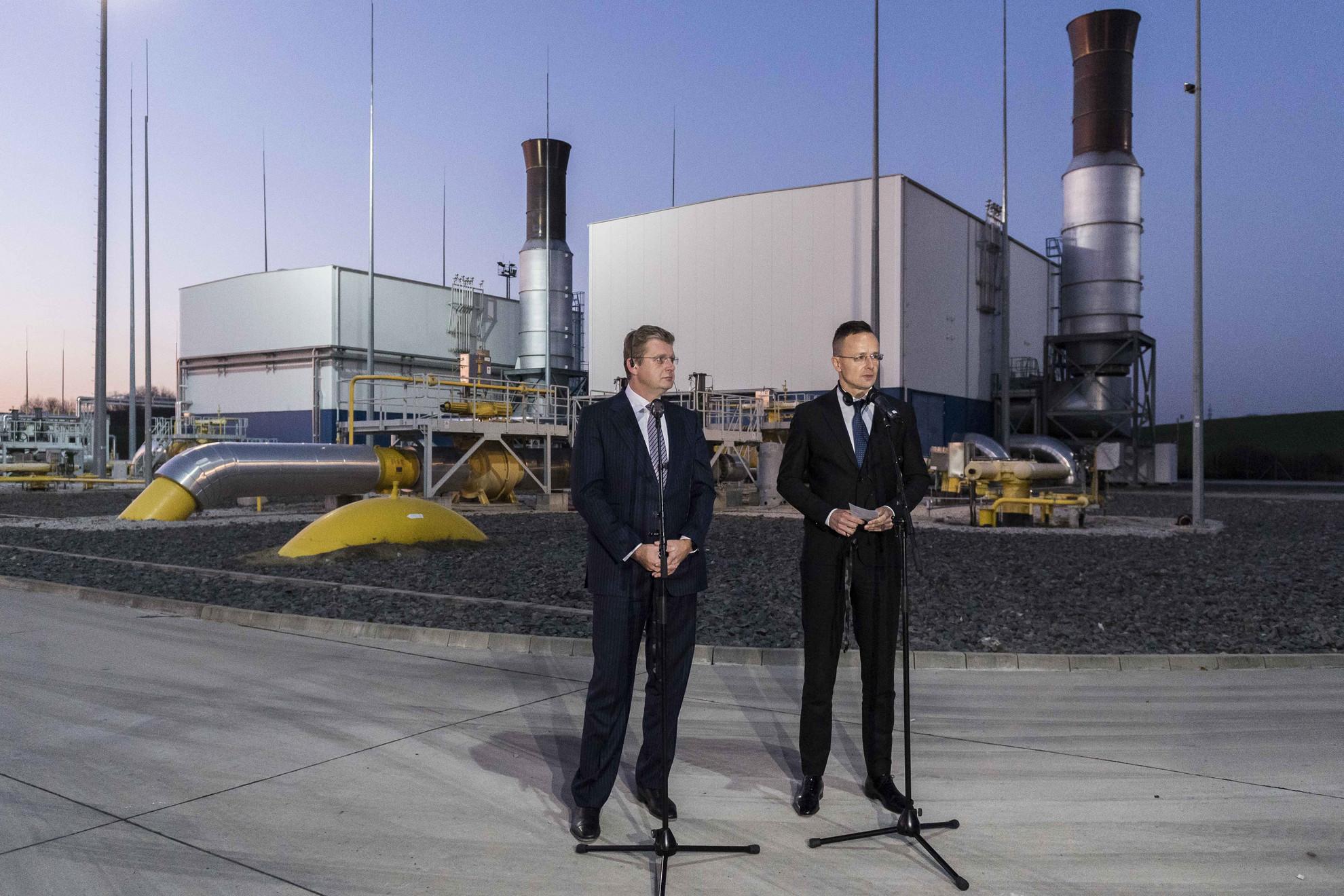 Szijjártó Péter külgazdasági és külügyminiszter (j) beszél, mellette Peter Ziga szlovák gazdasági miniszter a találkozójuk utáni sajtótájékoztatón Felsőzellőben, az ott működő gázkompresszor-állomás központban 2019. november 25-én