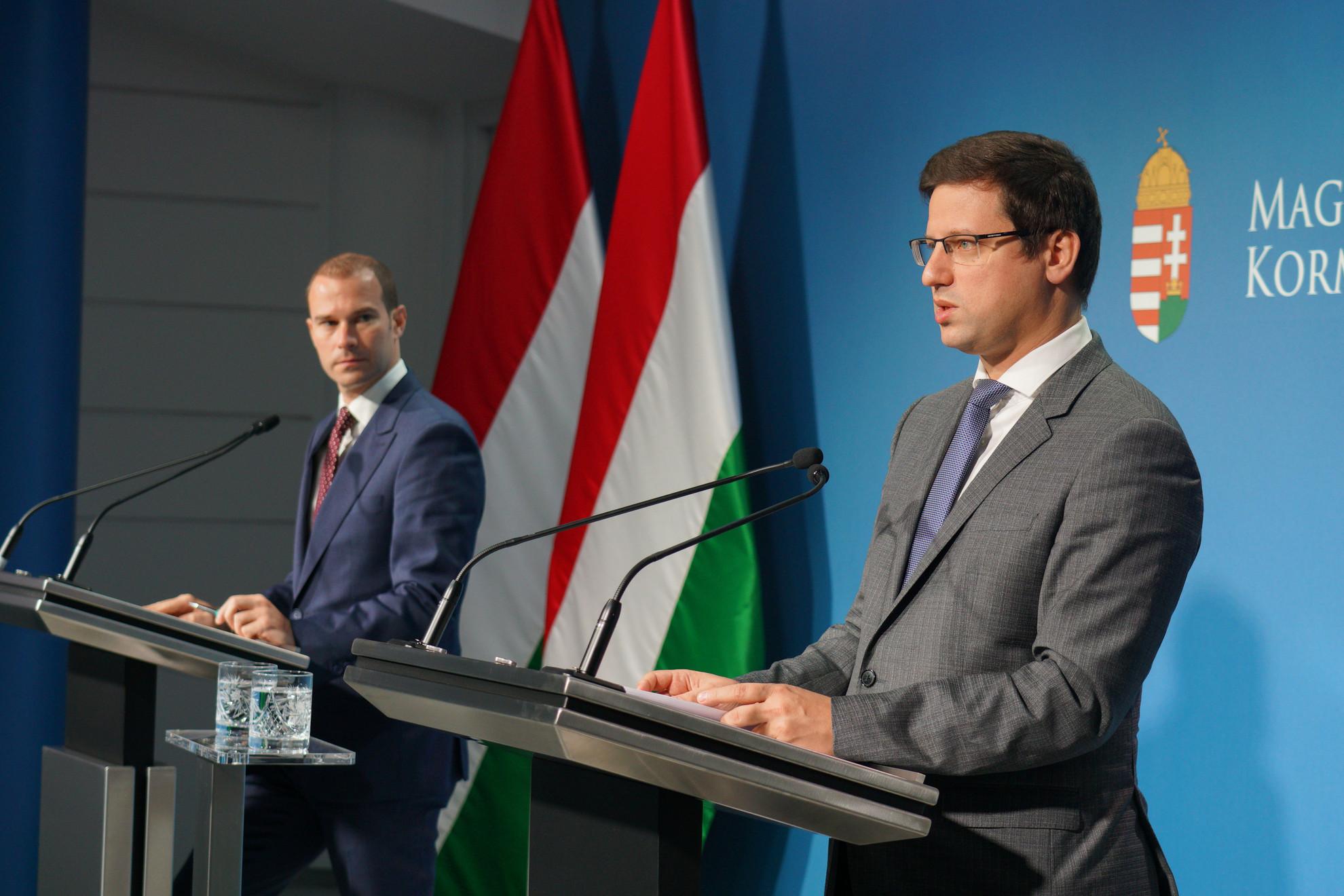 Hollik István kormányszóvivő (b) és Gulyás Gergely Miniszterelnökséget vezető miniszter a sajtótájékoztatón