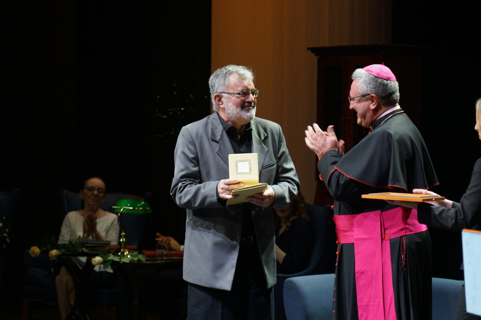 Veres András, a Magyar Katolikus Püspöki Konferencia (MKPK) elnöke átadja a Szent Erzsébet rózsája-díjat John Van Mieghemnek, a Sint-Niklaas-i Technisch Instituut Sint-Carolus tanárának