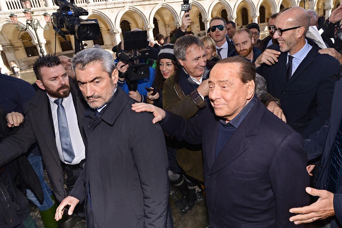 Terepszemle. Silvio Berlusconi Olaszország egykori miniszterelnöke (jobbra) és Luigi Brugnaro a város polgármestere (hátul középen)