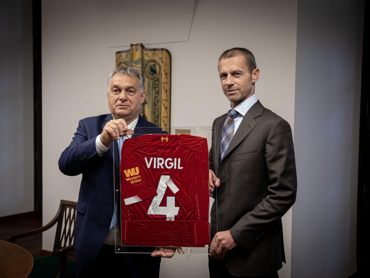 Az UEFA első embere sem érkezett üres kézzel: Virgil Van Dijk mezét hozta el Orbán Viktornak