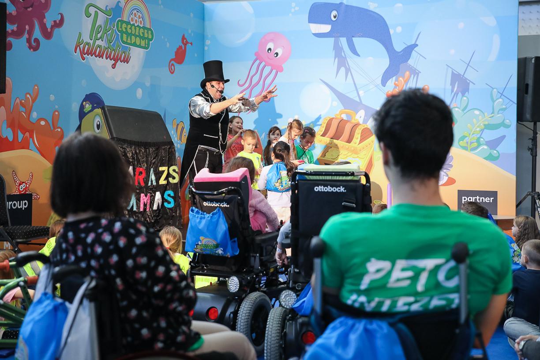 Varázs Tamás különböző bűvészmutatványokkal szórakoztatta a gyerekeket