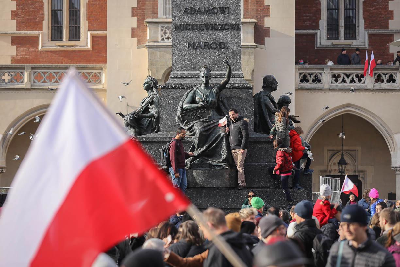 Varsó mellett több lengyel városban is megünnepelték hétfőn a lengyel függetlenség napját. A legnagyobb lengyel nemzeti ünnepet annak emlékére tartják, hogy Lengyelország az első világháború végén, 1918 novemberében, 123 évi felosztottság után visszaszerezte önálló államiságát.