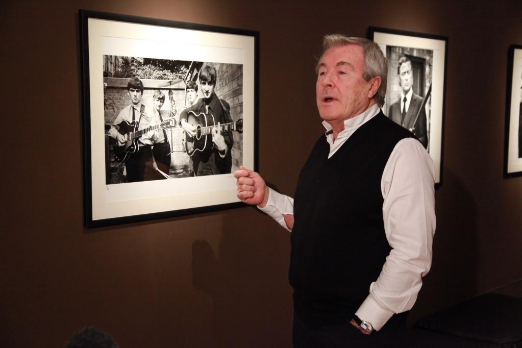 Terry O'Neill 2010-ben egy moszkvai kiállításán a The Beatlesről készült fotója előtt
