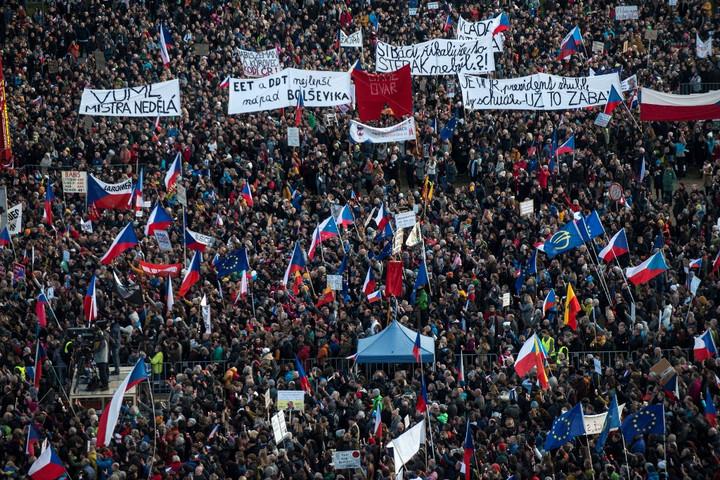 Több százezren követelték a cseh kormányfő lemondását Prágában