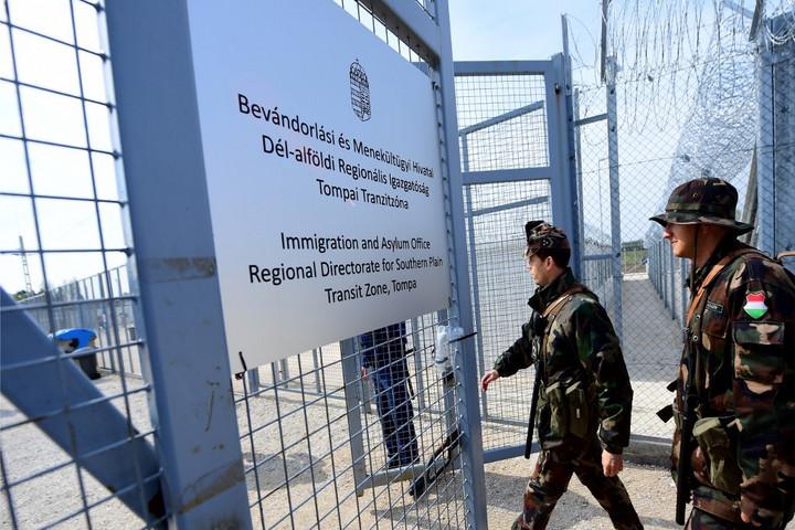 Magyarország felfüggeszti a tranzitzónákba való belépést