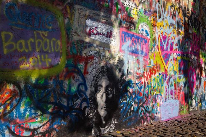 Szabadtéri galériává alakították át a prágai Lennon-falat