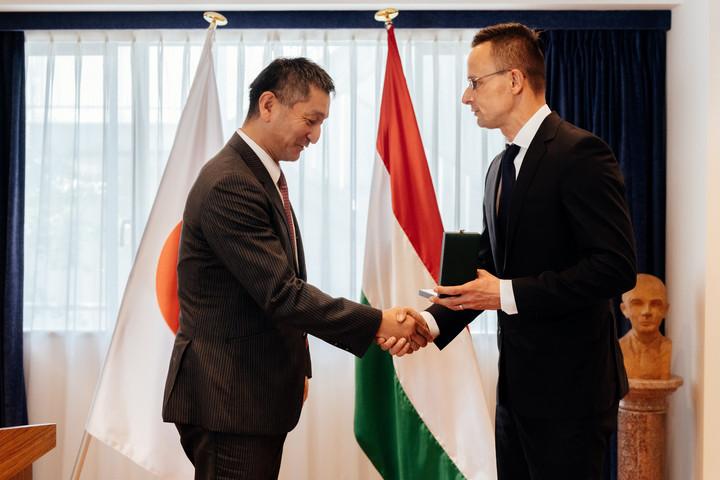 Szijjártó Péter kitüntette a Denso magyar leányvállalatának japán vezetőjét