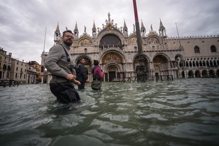 Újabb árhullám érte el Velencét, lezárták a Szent Márk teret