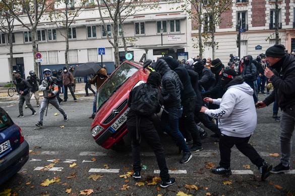 Káosz Párizsban: Összecsaptak a tüntetők a rendőrökkel