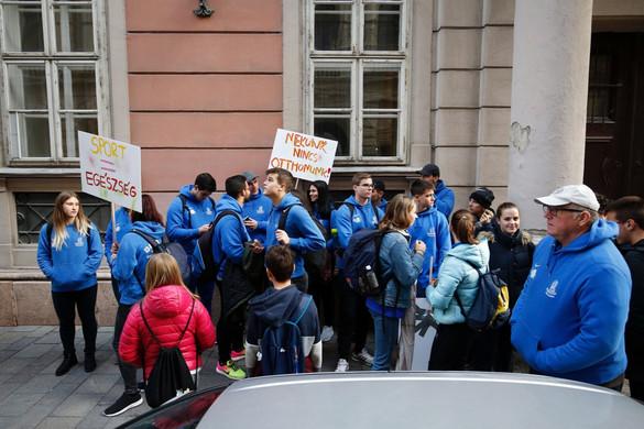 Fiatalok tüntetnek az atlétikai világbajnokság megrendezése mellett