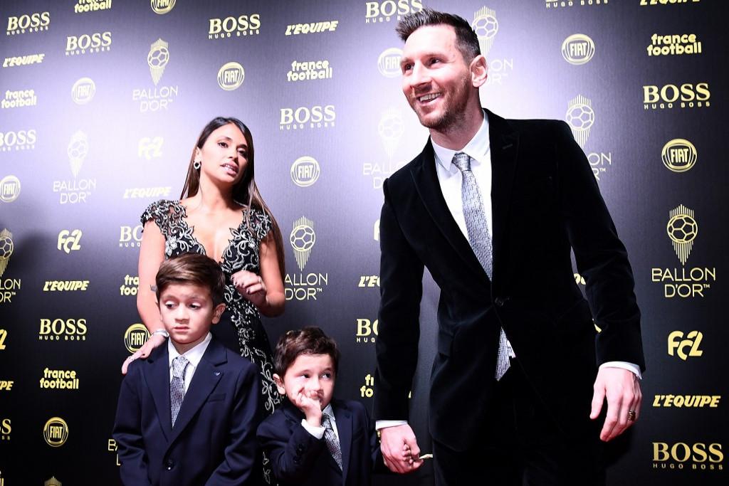 Messi és családja érkezik az átadóünnepségre