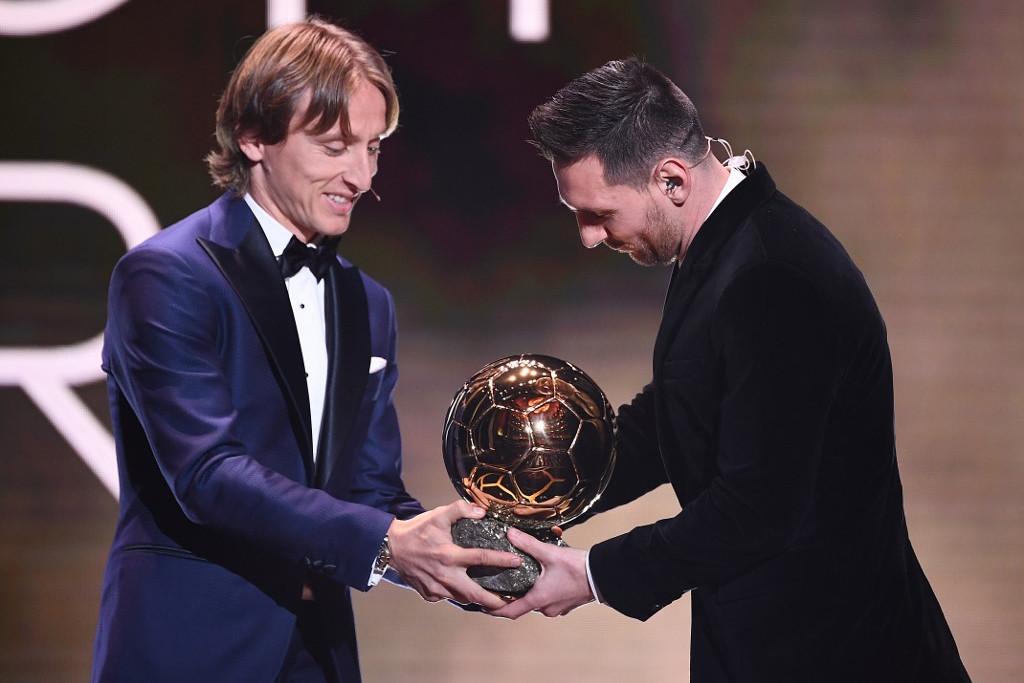 Luka Modric (b) átadja az Aranylabdát Lionel Messinek