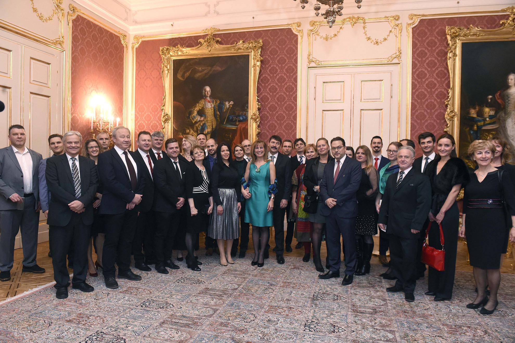 A csoportképen többek között Áder János köztársasági elnök (k) és felesége, Herczegh Anita, valamint Csókay András (elöl, b1) és Hudák István idegsebészek (elöl, b2), illetve Pataki Gergely plasztikai sebész (elöl, j2) a Sándor-palotában