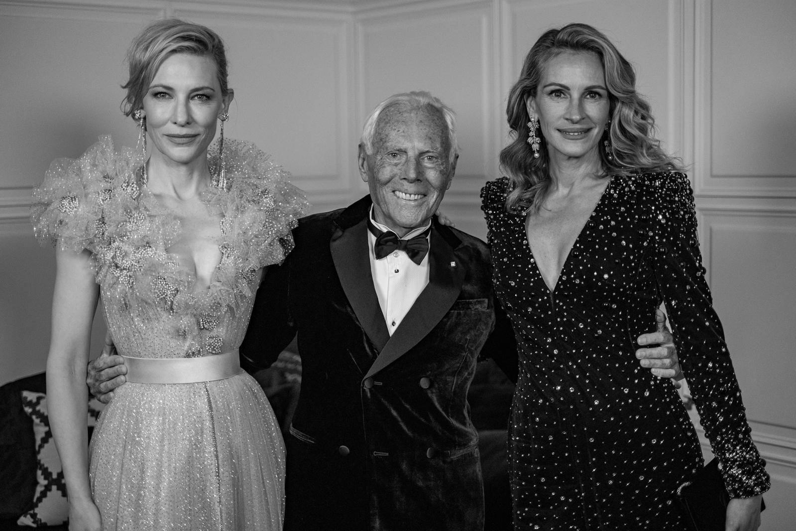 Cate Blanchet és Julia Roberts között mosolyog Giorgio Armani a 2019-es Brit Divat Díjátadón.