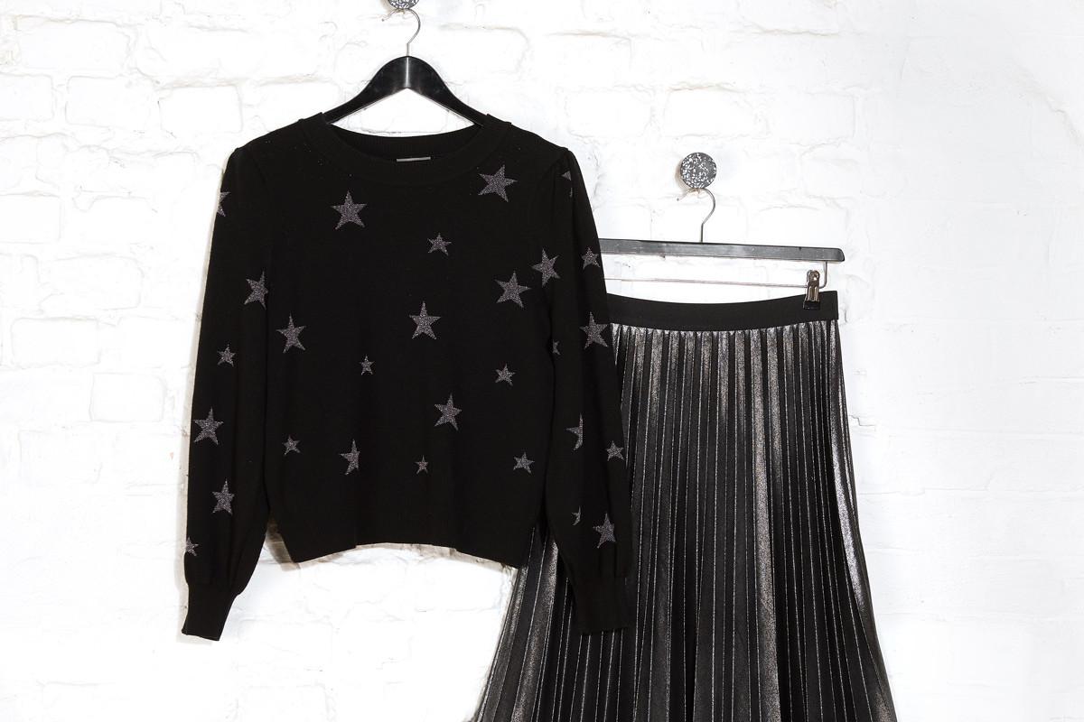 Egy csillagmintás pulóver és egy pliszírozott szoknya tökéletes kombináció