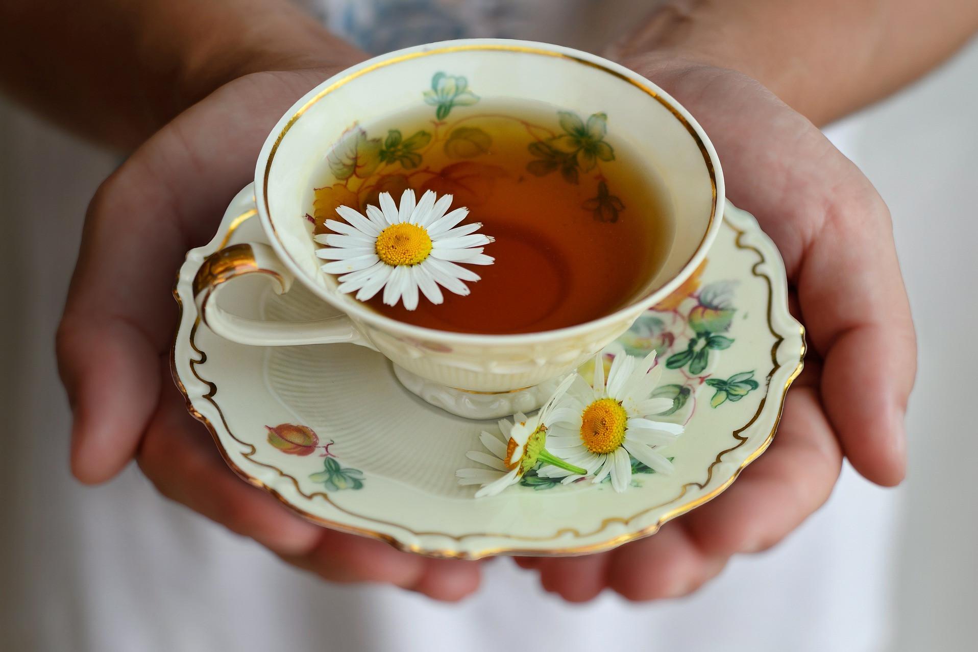 Egy csésze üres kamilla tea könnyíthet rajtunk