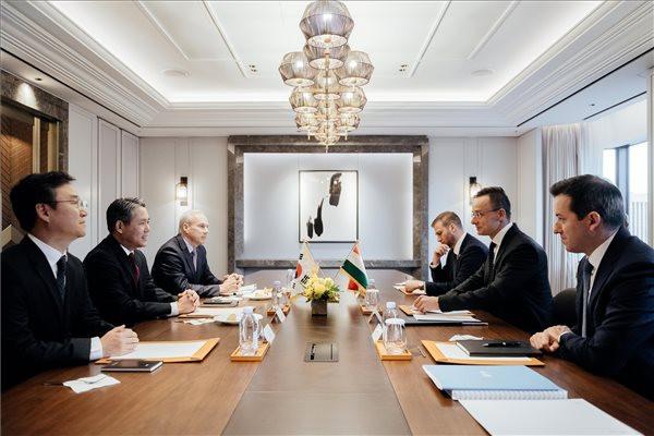 Szijjártó Péter külgazdasági és külügyminiszter (j2) a Hanon Systems képviselőivel tárgyal Szöulban