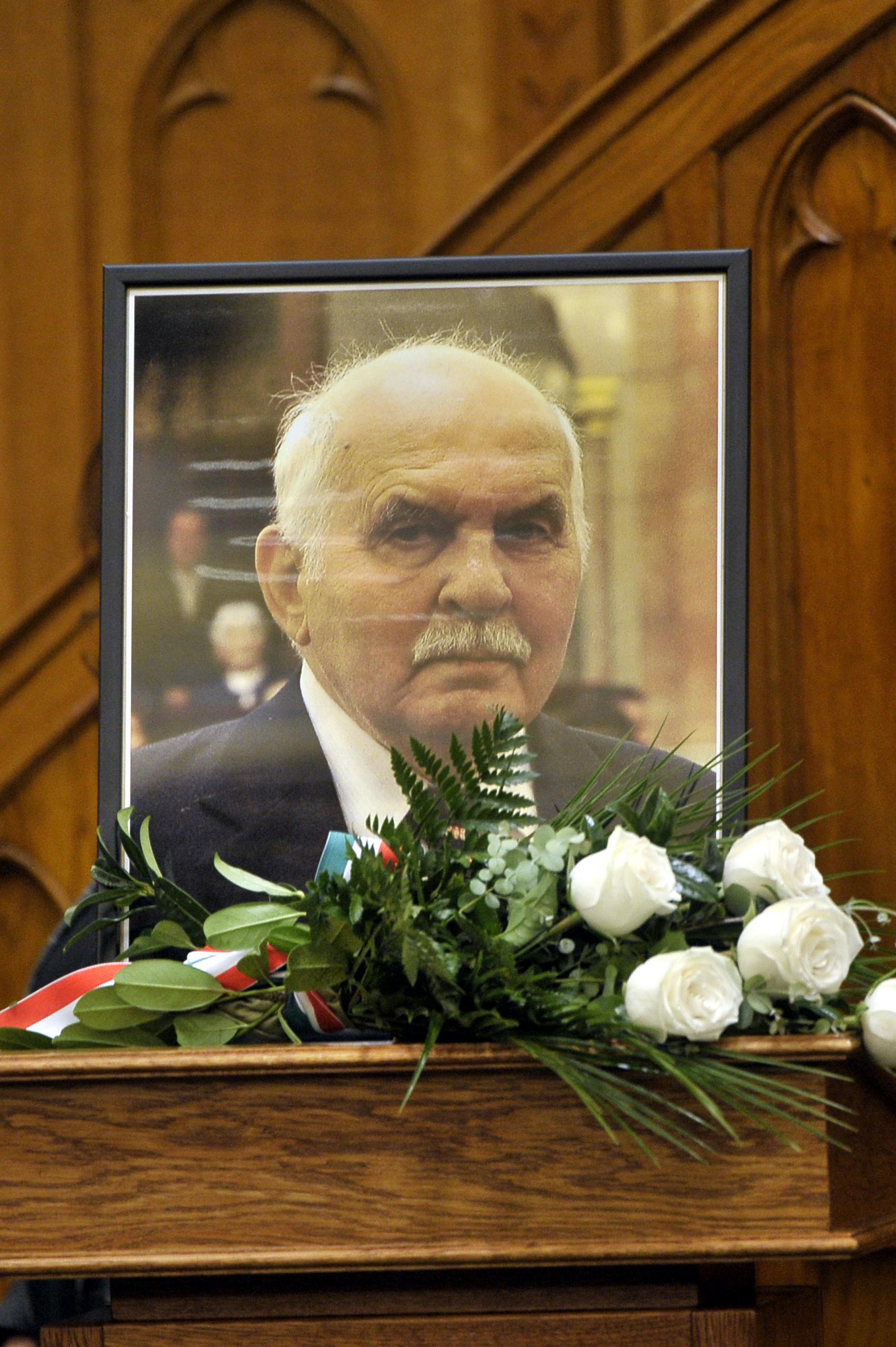 A 2019. november 25-én, életének 99 évében elhunyt Horváth János volt fideszes országgyűlési képviselőnek, az Országgyűlés korábbi korelnökének portréja a parlament plenáris ülésén 2019. december 2-án