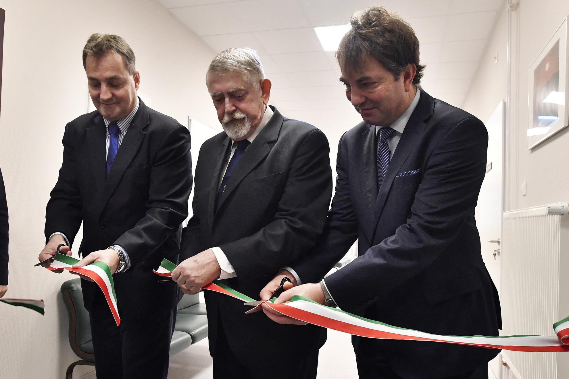 Kásler Miklós, az emberi erőforrások minisztere (k), Polgár Csaba, az intézet főigazgatója (b) és Oberna Ferenc központvezető főorvos átadja az Országos Onkológiai Intézet Fej-nyaki Daganatok Multidiszciplináris Központja felújított fekvőbetegosztályát 2019. december 20-án