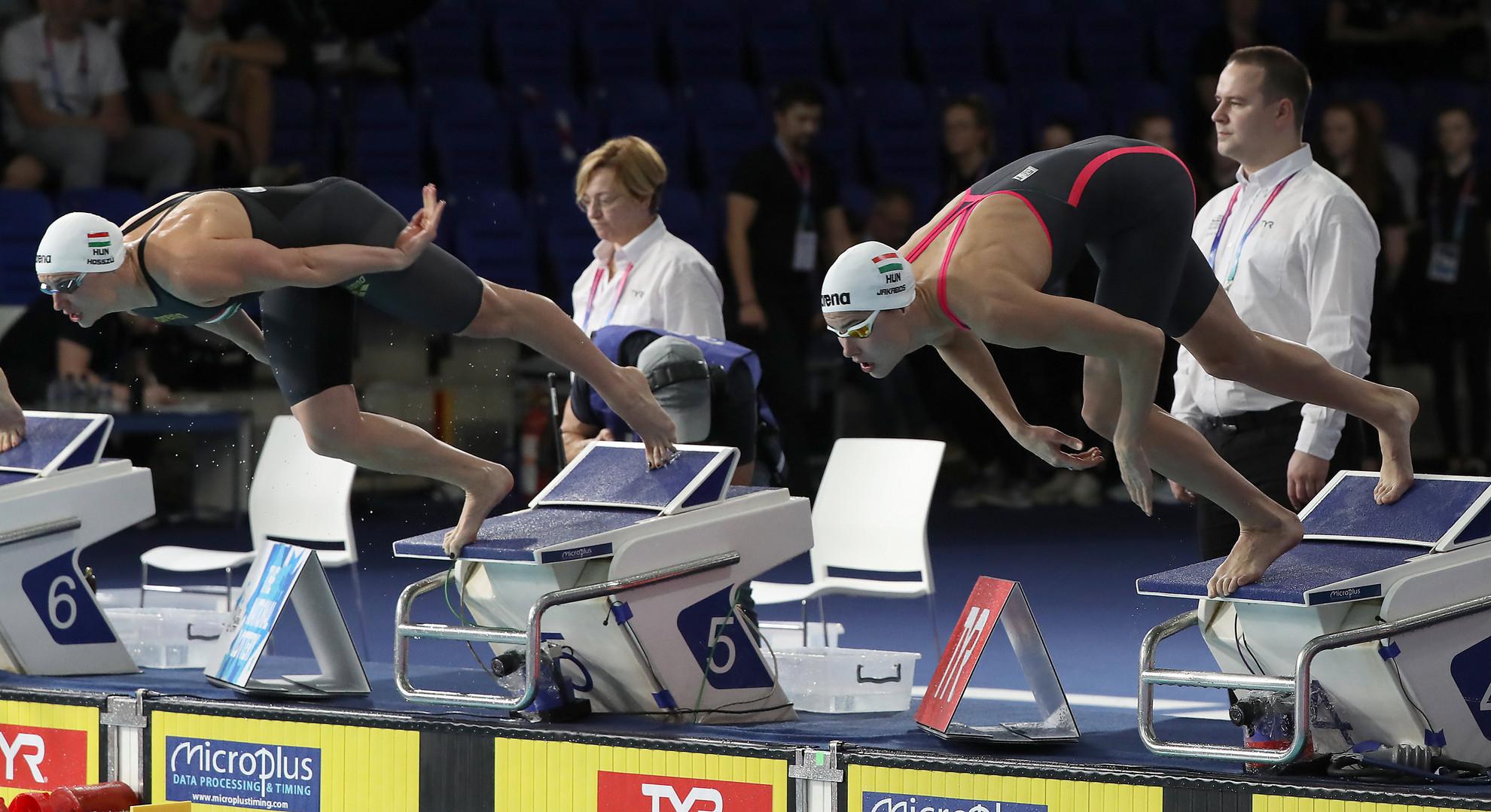 A későbbi győztes Hosszú Katinka (b) és a harmadik helyezett Jakabos Zsuzsanna rajtol a 200 méteres pillangóúszás döntőjében a glasgow-i rövidpályás úszó Európa-bajnokságon 2019. december 6-án