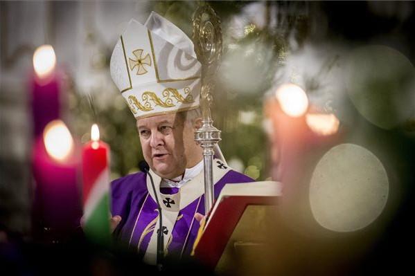 Bábel Balázs kalocsa-kecskeméti érsek a Kereszténydemokrata Néppárt (KDNP) megalakulásának 75. évfordulója alkalmából tartott hálaadó szentmisén a kalocsai Nagyboldogasszony-főszékesegyházban 2019. december 22-én