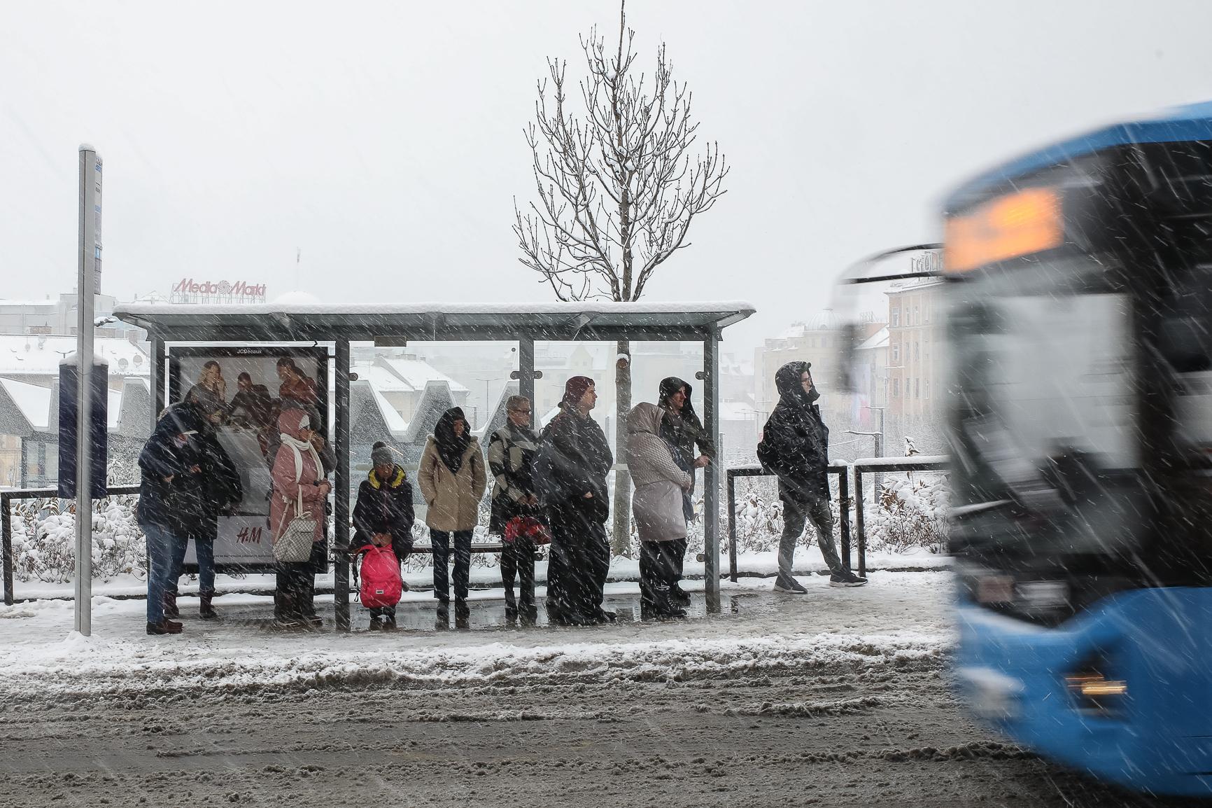 Teljesen megbénult a közlekedés a havazástól