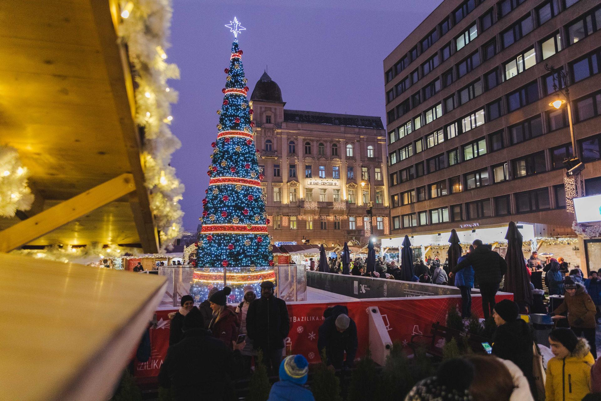 Az egész teret átjárja a karácsonyi hangulat