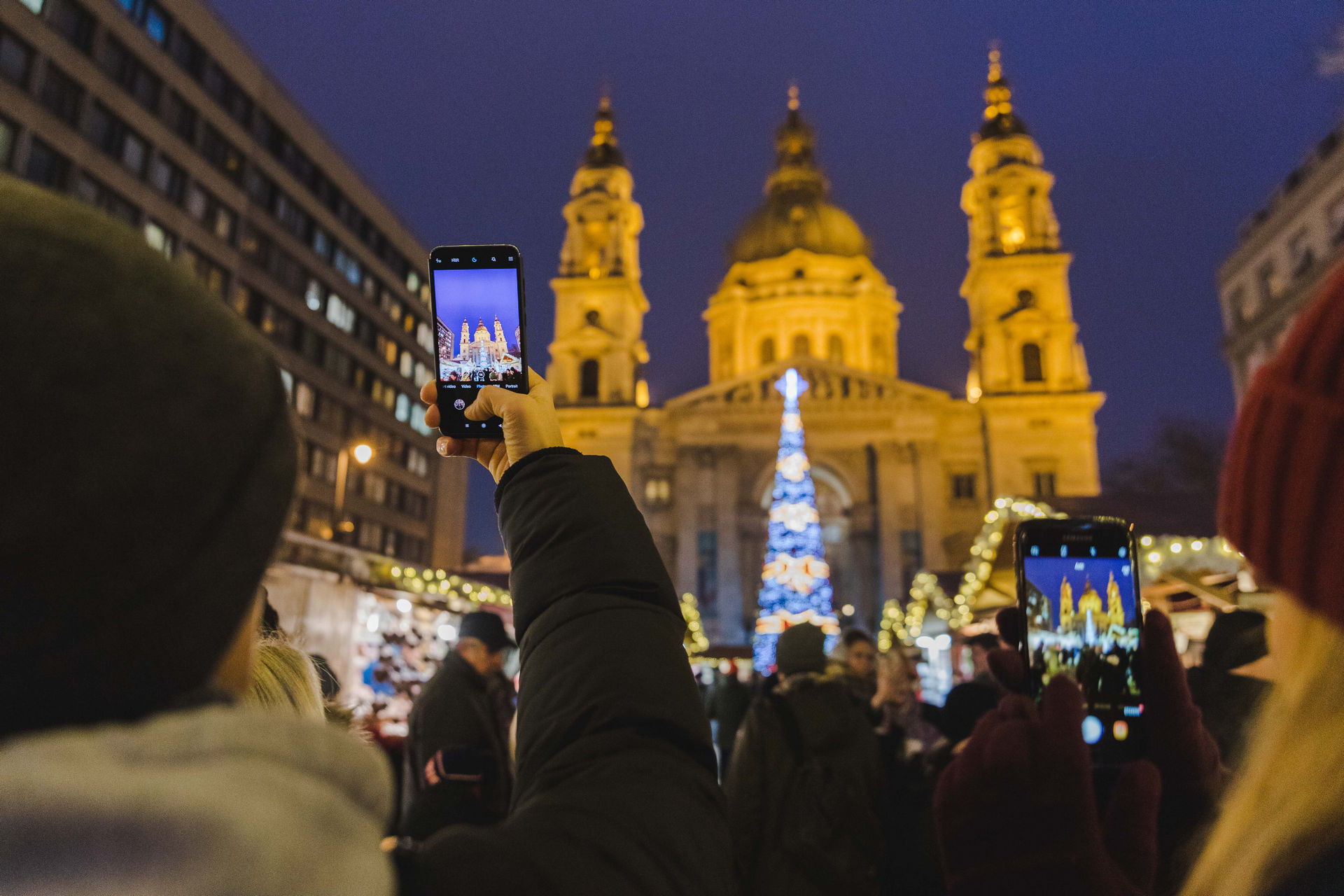 """""""Kötelező"""" egy jó fotót lőni a vásárról a Bazilikával a háttérben"""