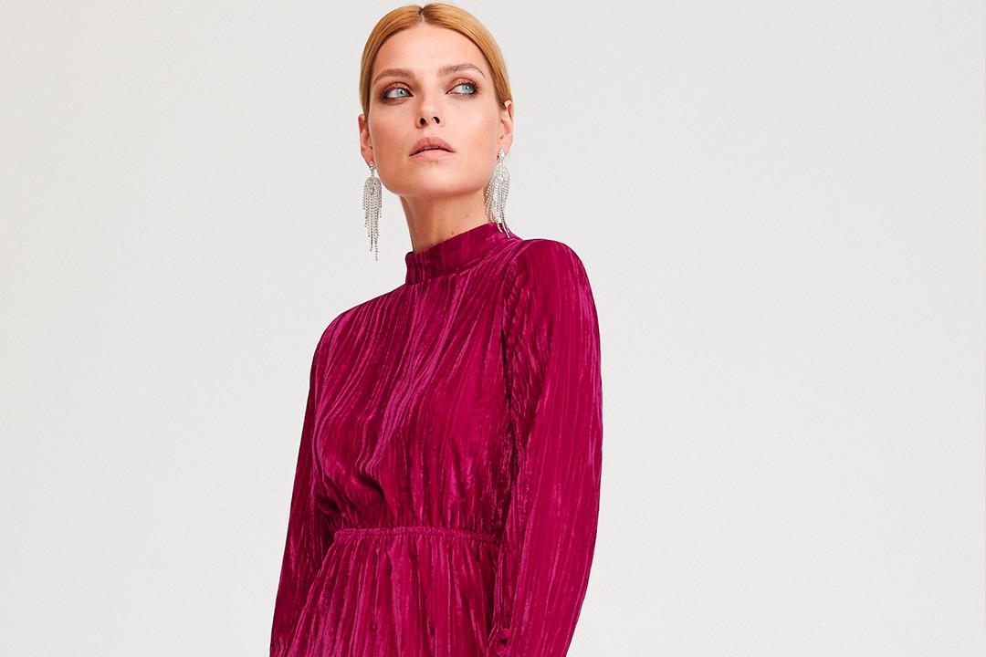 A bársony bíbor szín árnyalatban pazar ünneplő ruha