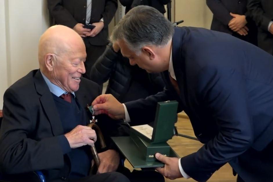 Orbán Viktor a Magyar Érdemrend középkeresztje a csillaggal polgári tagozata kitüntetésben részesítette Roger Scrutont
