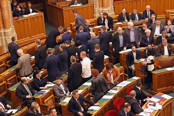 Parlamenti szigorítások a botrányokozókkal szemben
