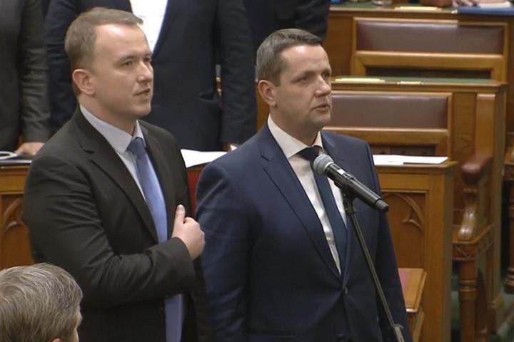 Példátlan: A DK képviselője kiegészítette a parlamenti esküjét