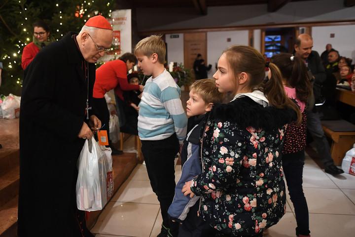 Rászoruló gyermekeknek osztott ajándékot Erdő Péter
