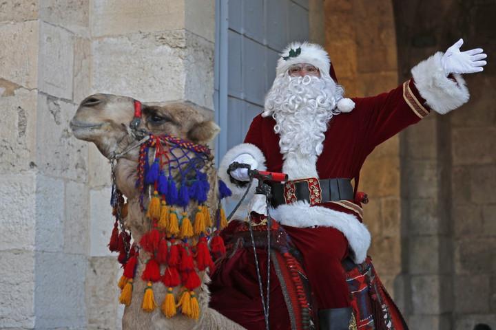 Teveháton jár és karácsonyfát oszt a jeruzsálemi Mikulás